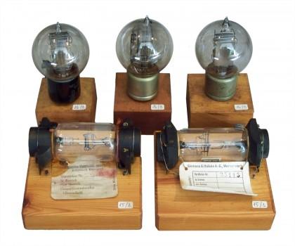 Valvole del 1916: Americane (dietro) e Tedesche con elettrodi planari AEG e Siemens & Halske