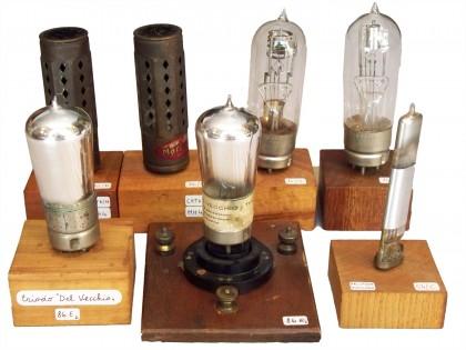 """Valvole del 1926-1932: """"Catkin"""" inglesi e """"Junot"""" francesi (dietro). Due valvole """"Del Vecchio"""" Milano e una a bacchetta con griglia esterna """"Arcotron – Telefunken"""""""