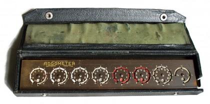 """Addizionatrice """"Addometer"""" per somme e sottrazioni di sterline e sottomultipli 2/4 XX° secolo"""