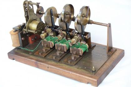 Misterioso dispositivo elettromeccanico sommatorio con base 40