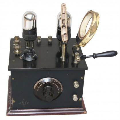 Piccolo radio-ricevitore francese con due valvole. Circuito a reazione, 1925