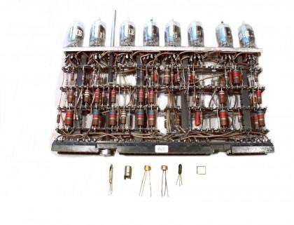 Scheda elettronica a valvole del calcolatore di prima generazione IBM 704 del 1956. In basso da sx 2 valvole sub-miniatura, 3 transistors e un microcircuito integrato dell'IBM 360 del 1964