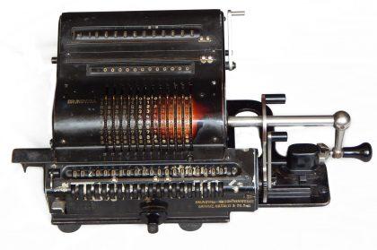 """Calcolatrice meccanica """"BRUNSVIGA"""" mod. """"20""""; totalizzatore a 20 cifre. Germania 1940 ca"""