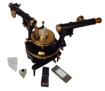 Spettroscopio BECKER con prisma-vaschetta, e prisma-cavo per liquidi e con reticoli di diffrazione a bassa e alta dispersione. 1/2 XX secolo