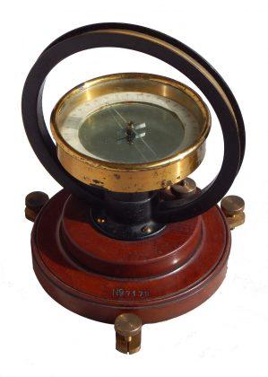Bussola delle tangenti ( Tangent galvanometer) della ditta  W.G. PYE & Co. – Cambridge , con tre gradi di sensibilità.   1/4  del XX  secolo