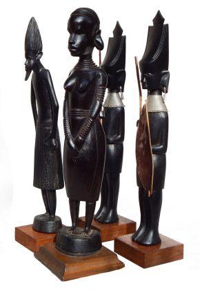 L'uomo rappresenta se stesso: giovane donna, guerrieri, stregone guaritore. Kenya, metà del XX secolo