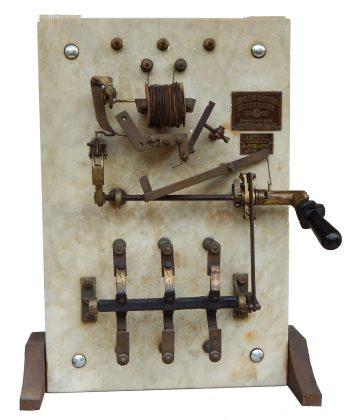 Interruttore automatico per linea elettrica trifase.