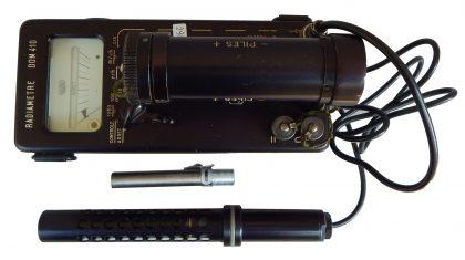 """Contatore GEIGER con dosimetro in uso durante la """"guerra fredda"""". Belgio 1970"""